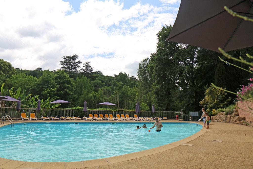 La magnifique piscine, en forme de médiator pour les amateurs de musique !