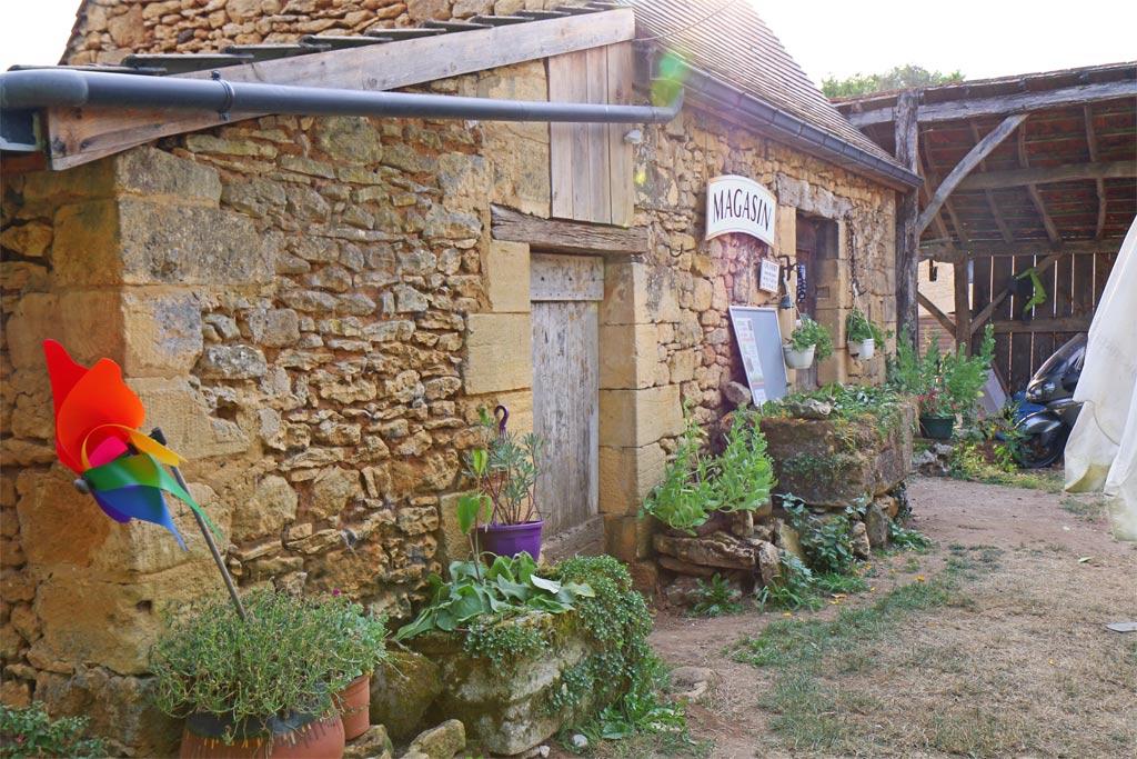 La boutique dans son joli bâtiment en pierre du début du siècle