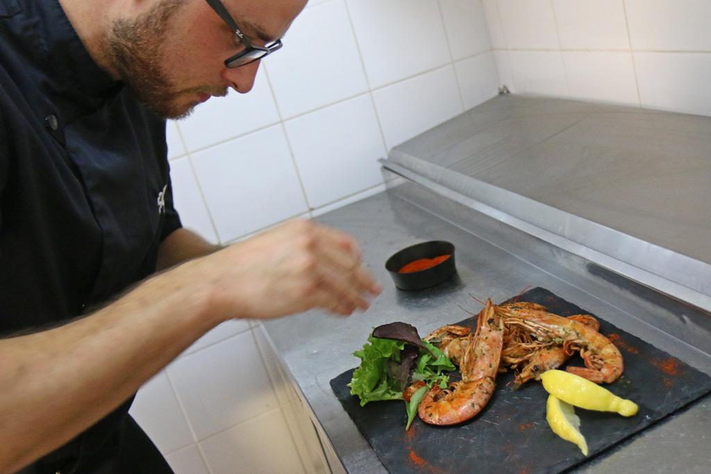Le chef sélectionne les produits de qualité, agréables à travailler et délicieux