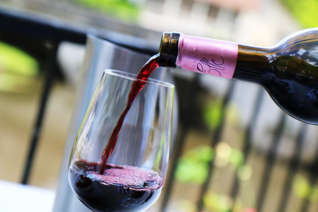 Un peu de vin ?