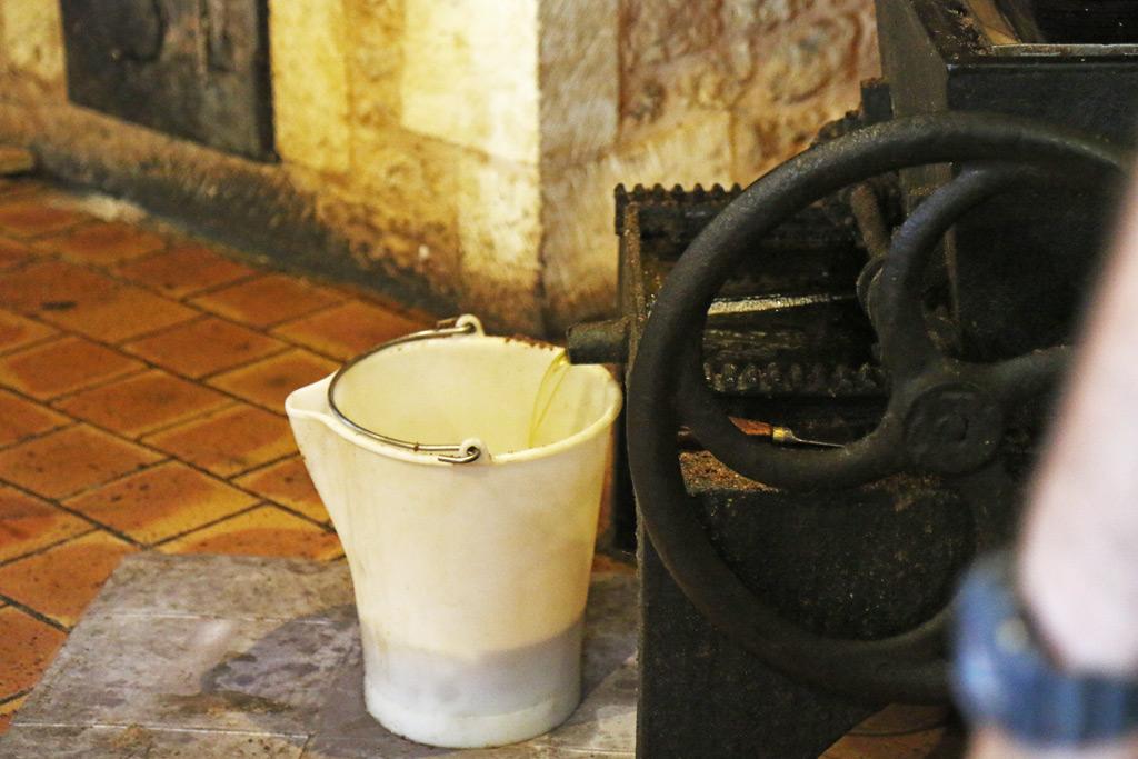 L'huile sort de la presse en fonte