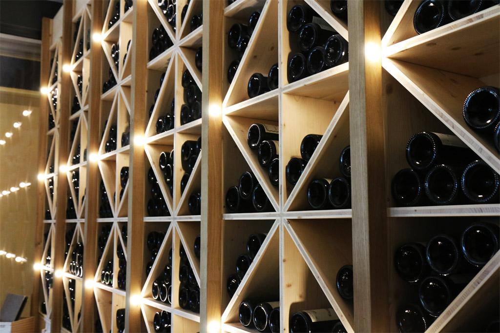 Des vins de grande qualité, dans cette cave sur mesure en bois
