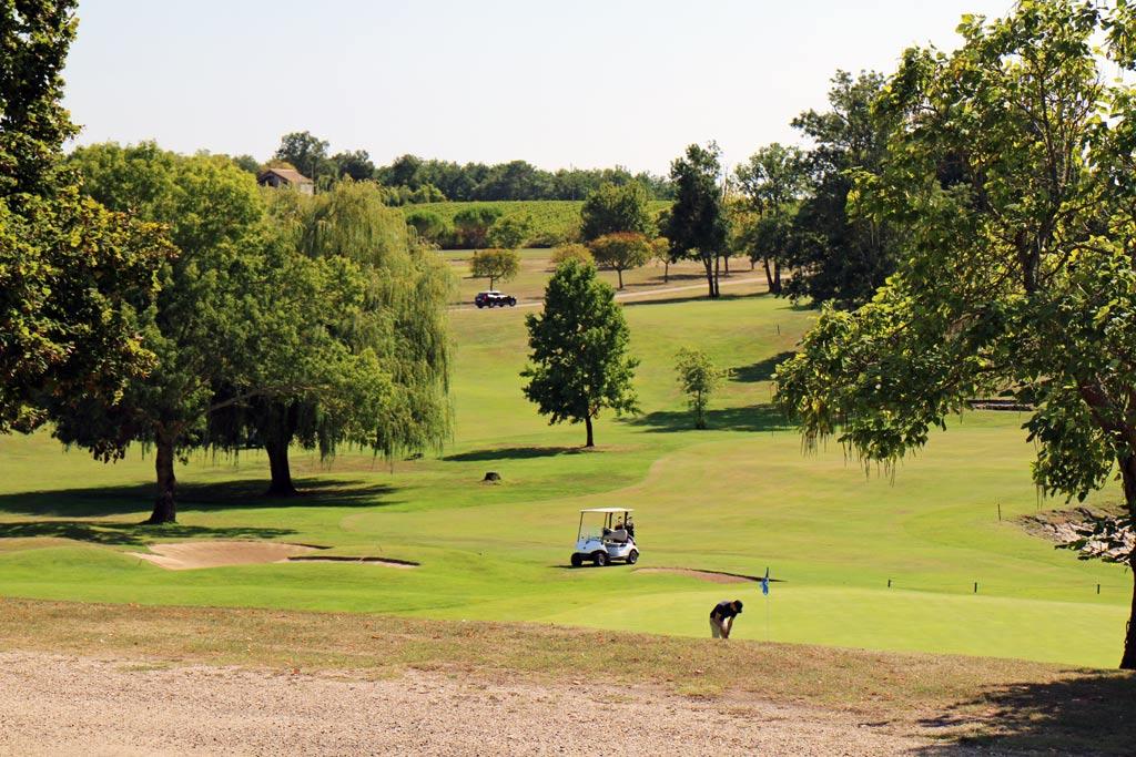 Le golf, avec 1 parcours de 27 trous