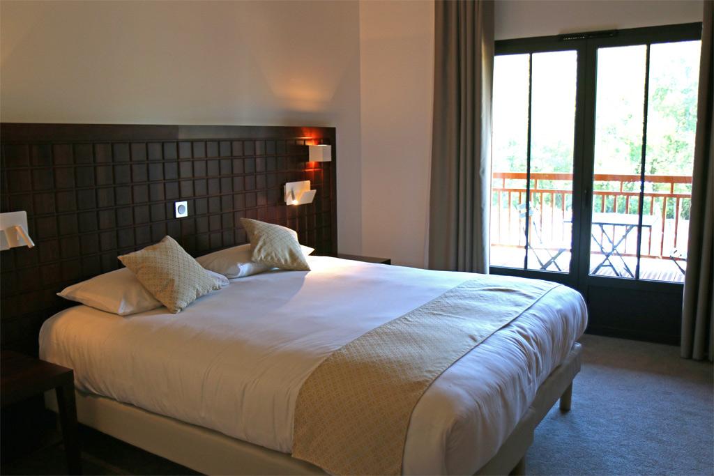 Très grand lit dans les chambres doubles
