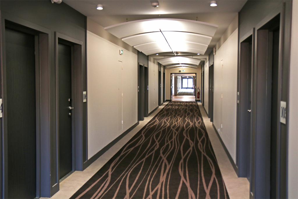 Des couloirs larges et agréables, tamisés et feutrés