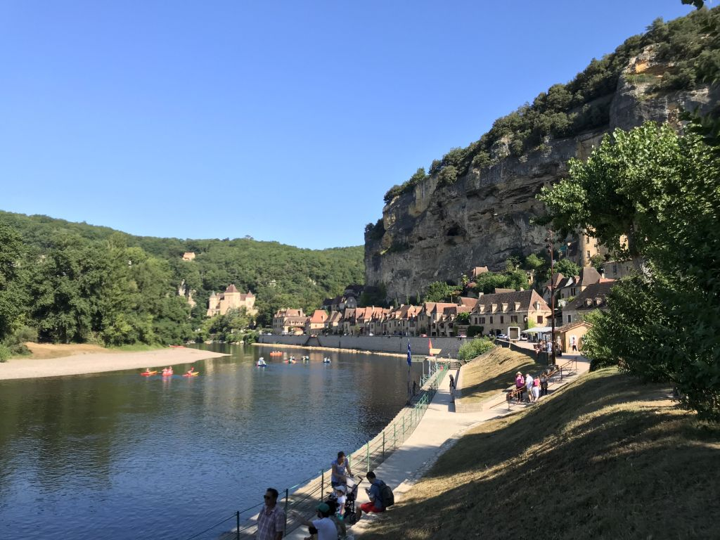 La vallée de la Dordogne à environ 30 minutes par l'autoroute