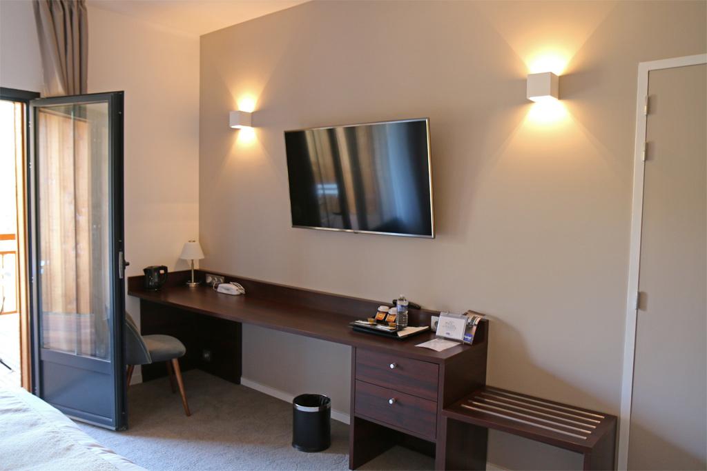 Un bureau avec un plateau de courtoisie et une grande TV