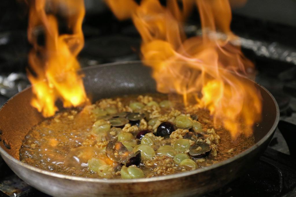 Caramel de noix flambé, avec des raisins et des noix concassées