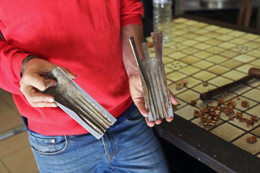 La noix est cassée dans une machine, avec cet instrument qui préserve le cerneau