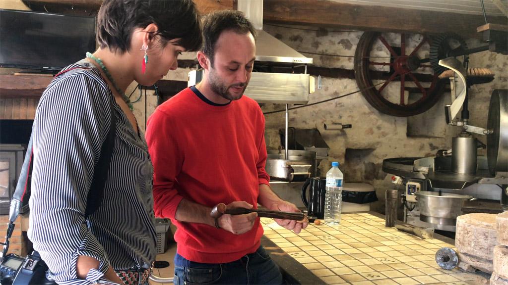 Charly m'explique tout à propos des noix et de la transformation en huile