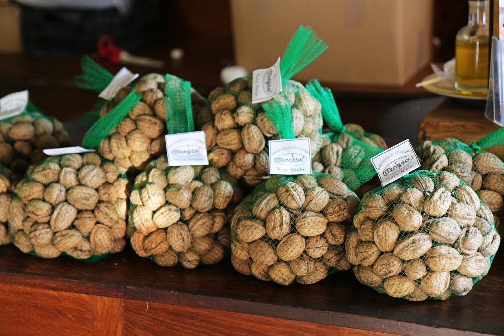 Les noix sèches sont vendues aux particuliers en filets