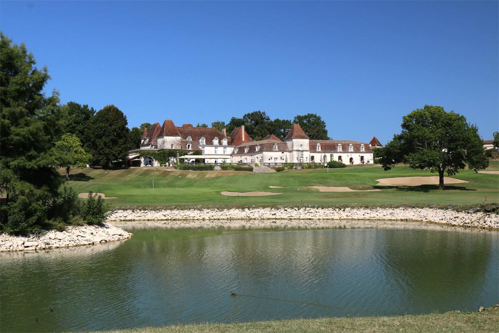 Le Château des Vigiers et en premier plan, le lac du golf