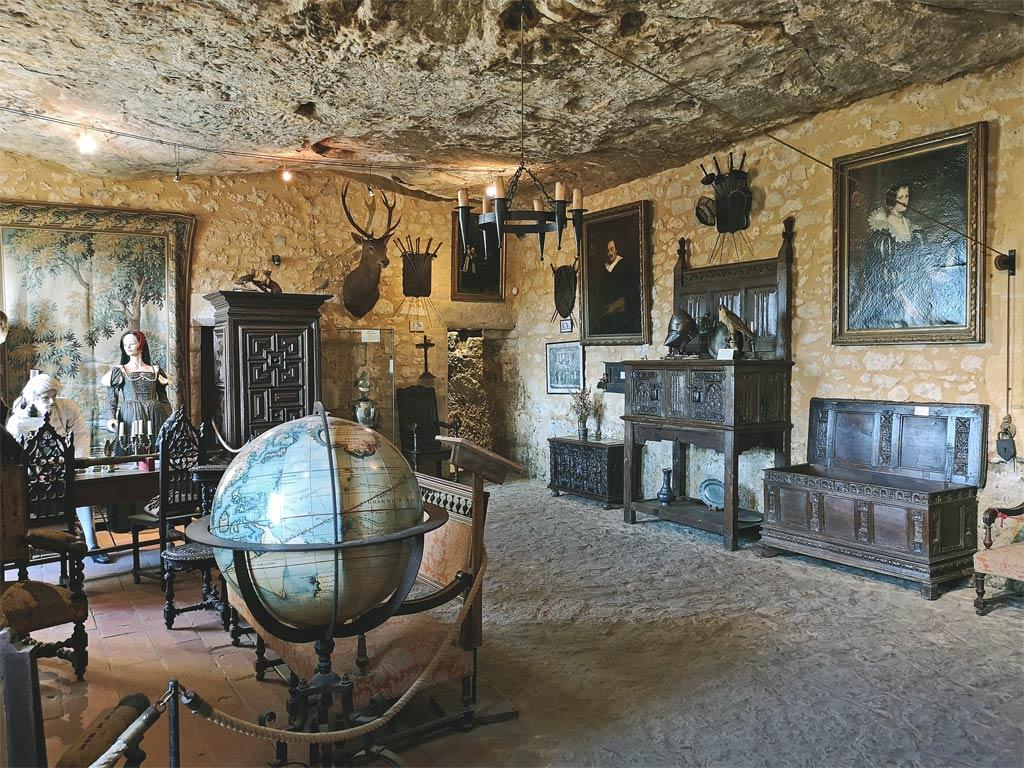 la maison forte de reignac mysterious cliff castle of. Black Bedroom Furniture Sets. Home Design Ideas