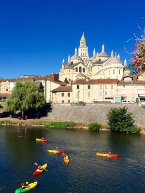 Canoés devant la Cathédrale Saint Front