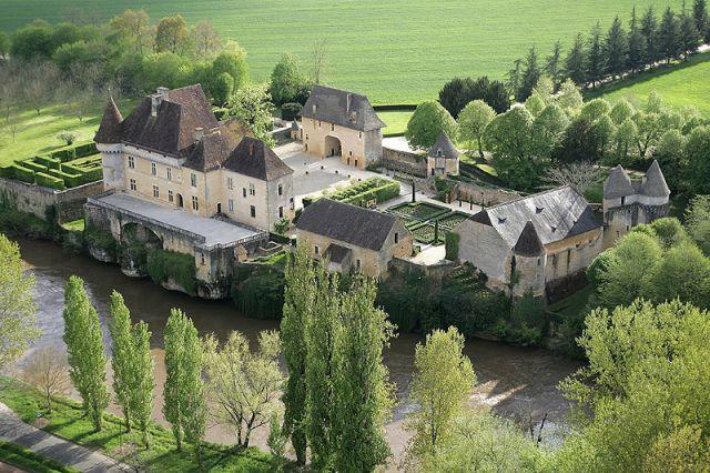 Enferme Dans Lenceinte Medievale Fortifiee Le Grand Logis Renaissance Offre Aux Visiteurs Un Somptueux Decor Et Mobilier De Lepoque