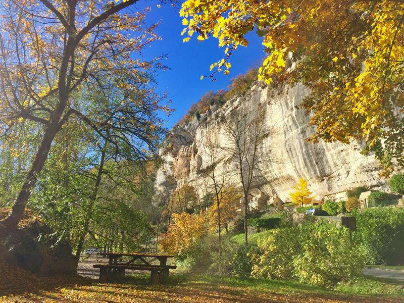 les Eyzies et leurs falaises à l'automne